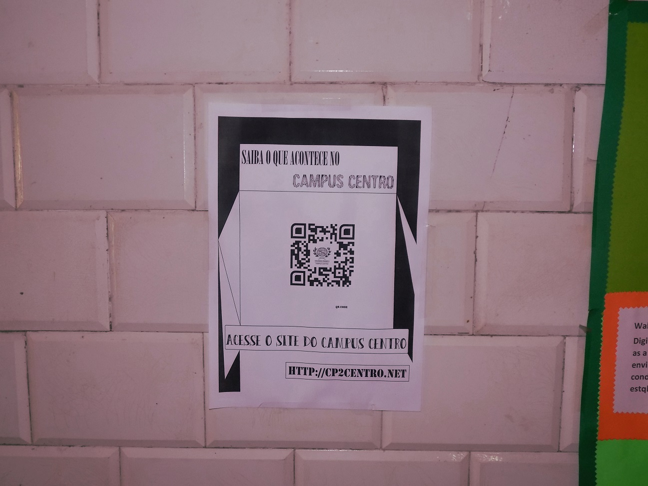 Cartaz com QR Code na parede do campus